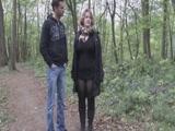 Anyuci sétálni megy az erdőbe, hogy kúrhasson egy