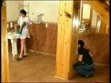 Anya elkapja leselkedő fiát és kihasználja, hogy o
