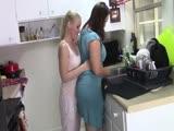 Leszbi szőke élvezi duci barátnője testét a konyhá