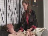 Anya kézbe veszi fia maszturbálását